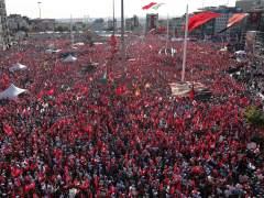 """Masiva manifestación de la oposición turca """"contra los golpes y la dictadura"""""""