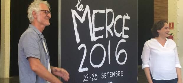 El ilustrador Miguel Gallardo y la alcaldesa Ada Colau con el cartel de La Mercè