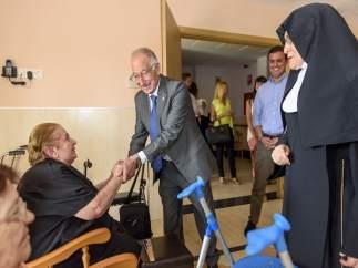 El presidente Gabriel Amat con los ancianos de 'Santa Teresa de Jornet'.