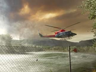 Medios aéreos tratan de evitar que las llamas lleguen a la Sierra Espadán