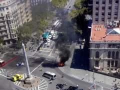 Un coche se incendia en el Passeig de Gràcia y causa una espectacular humareda