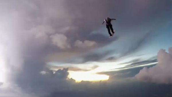 Practica paracaidismo en medio de una tormenta eléctrica