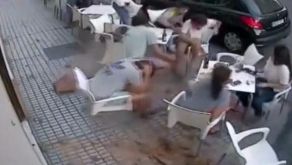 Les cae una cornisa en la terraza de un bar