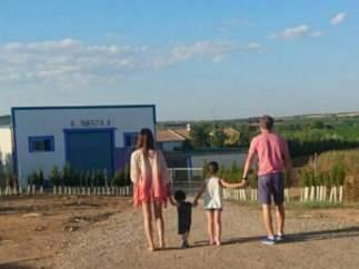 Iniesta con su familia en Fuentealbilla