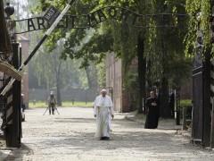 """El papa, en Auschwitz: """"Señor, perdón por tanta crueldad"""""""