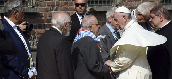 El papa saluda a un grupo de supervivientes de Auschwitz y a los Justos de las Naciones