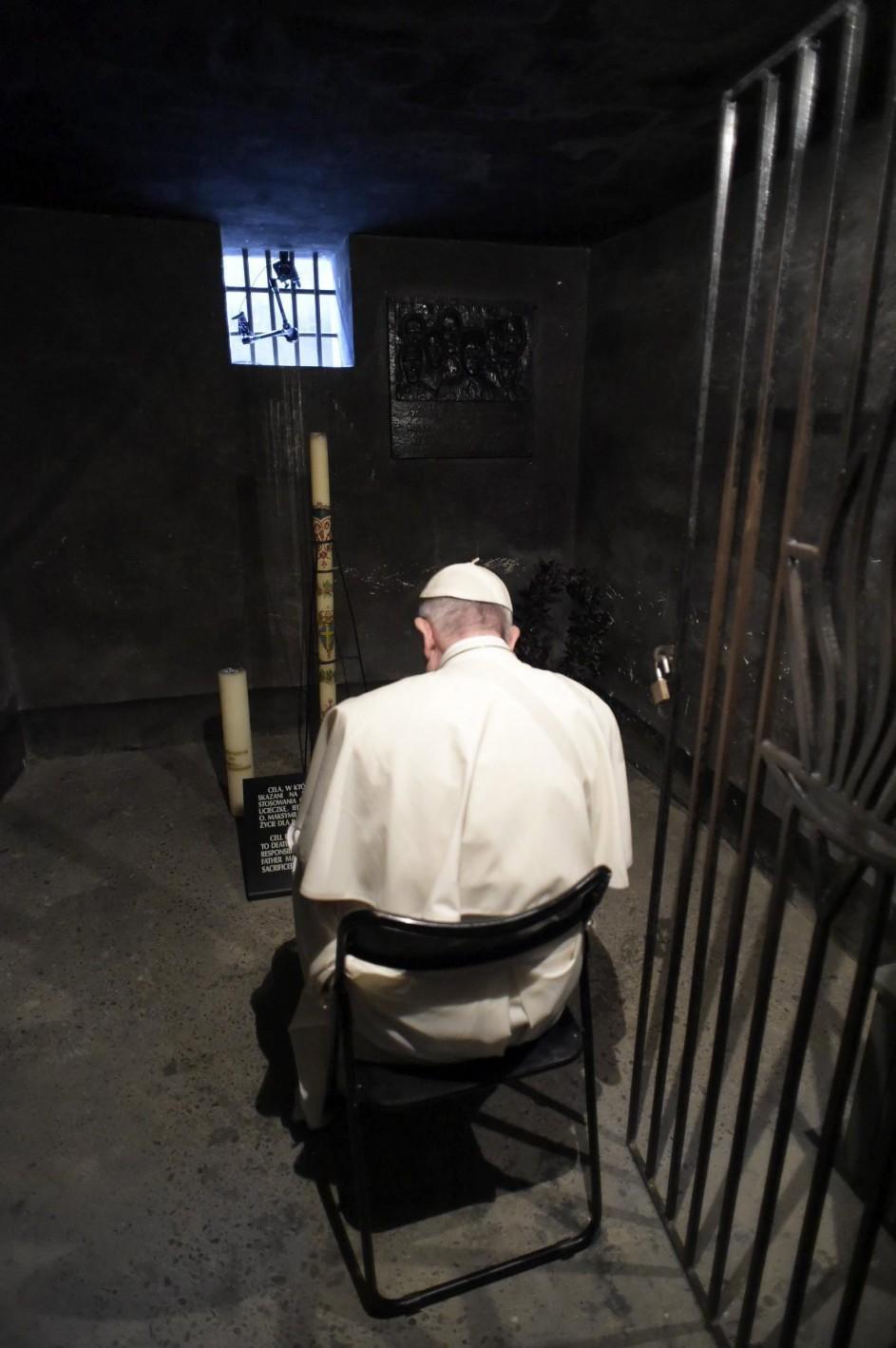 El papa reza en Auschwitz