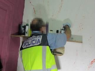 Un agente durante el registro de uno de los pisos en los que se ejercía la prostitución.