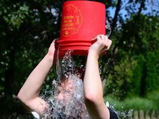 Un chico haciendo el reto viral conocido como 'ice bucket challenge'.