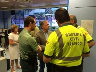 Moragues junto a agentes de Tráfico de la Guardia Civil