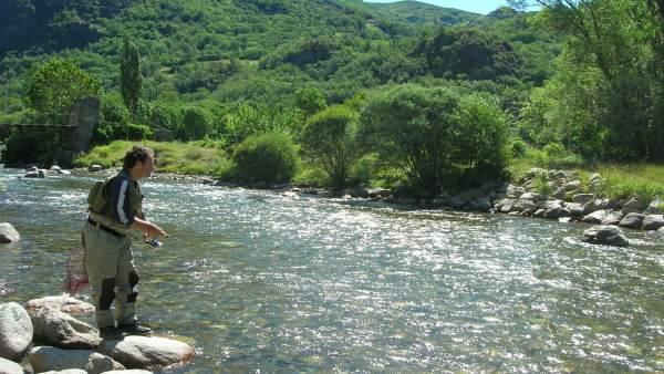 Pesca de trucha en Pirineos.