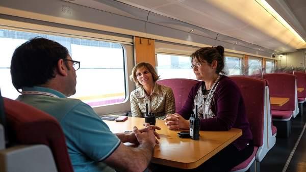La directora de Turismo, Nava Castro, en el Tren del Peregrino a su llegada