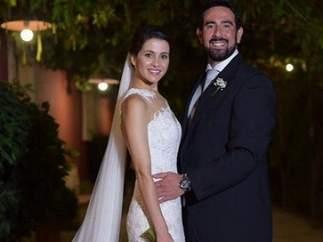 Inés Arrimadas y su ya marido posando en la bodega de Jerez donde han contraído matrimonio
