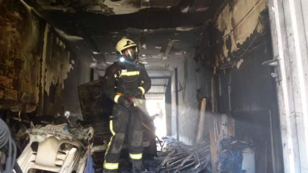 Un bombero inspecciona el garaje incendiado