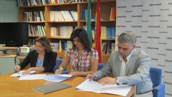 Miriam García Cabezas, Elías López y Ana López en la firma del convenio