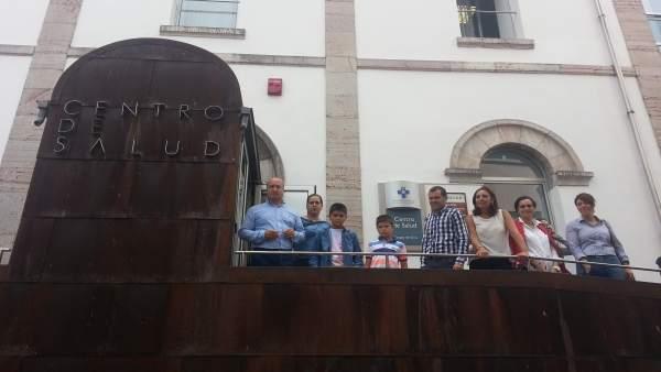 Gómez (tercera por la derecha) y Venta (primero  por la izquierda) en Cangas.