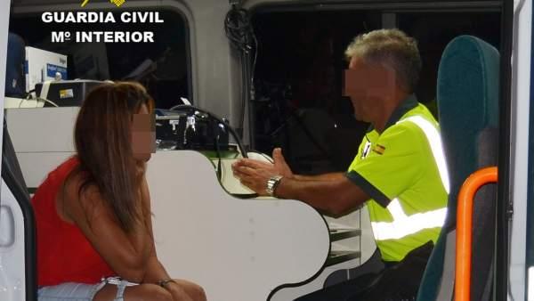 Imagen de la detenida haciendo la prueba de alcoholemia