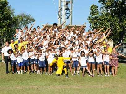 Usain Bolt conoce a los chicos de la favela