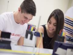 Dos estudiantes durante las prácticas de Física