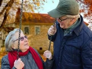 Pareja de ancianos felices