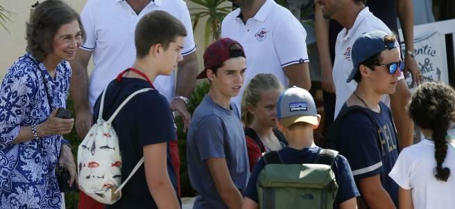 La reina y sus nietos en la escuela de vela