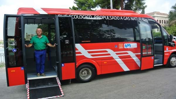 El concejal Roque Ortíz, en el nuevo autobús