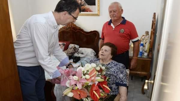 La abuela de alquer as cumple un siglo de vida como una rosa for Servicio tecnico roca murcia
