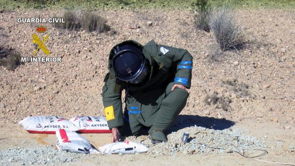 Un Agente TEDAX desactivando un explosivo