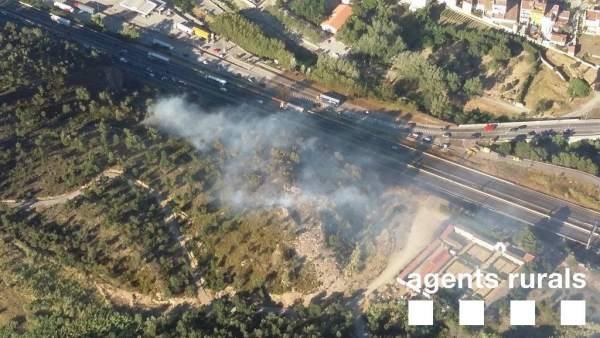 Incendio junto a la AP-7 en La Jonquera (Girona)