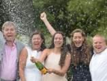 La familia de ganadores de la lotería nacional celebrando el premio