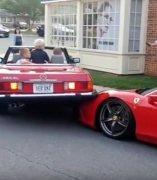 Un Mercedes-Benz aparca encima de un Ferrari