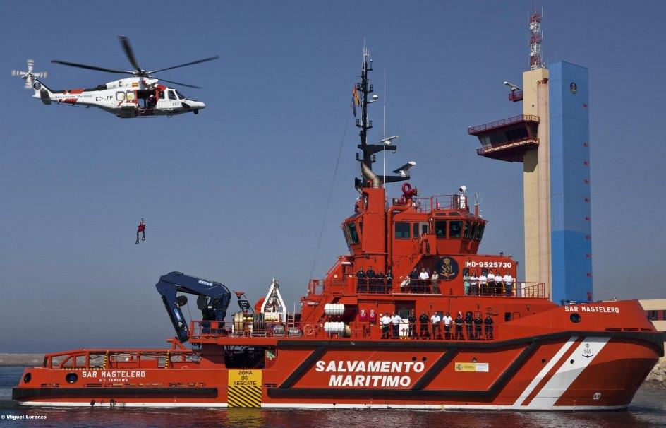 El barco de Salvamento Marítimo y el helicoptero son son principales medios para los rescates en el mar.