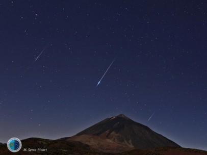 Lluvia de estrellas fugaces Perseidas sobre el Teide el 13 de agosto de 2014.