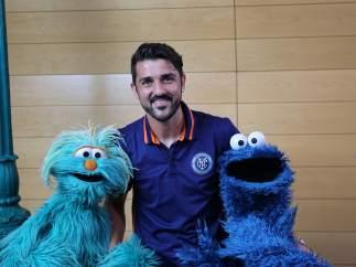 David Villa posa con Rosita y El Monstruo de las Galletas, personajes de 'Barrio Sésamo'.