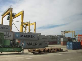 Grúas y contenedores en el Puerto de Valencia