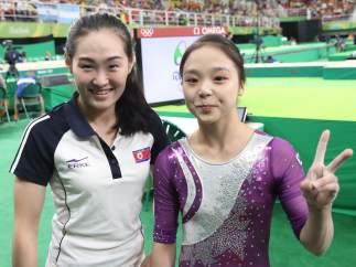 Las dos gimnastas, posando antes de competir.