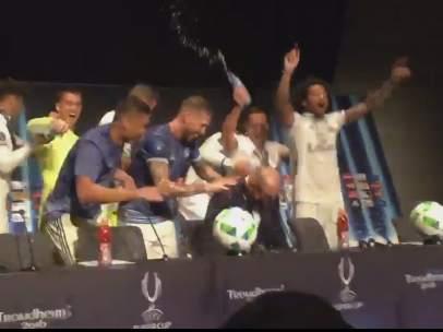 Los jugadores del Real Madrid bañan a Zidane