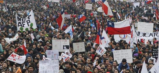 Chilenos protestan contra el sistema de pensiones de Pinochet.