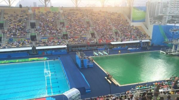 El agua de la piscina de trampolines muta a verde juegos for Trampolines para piscinas