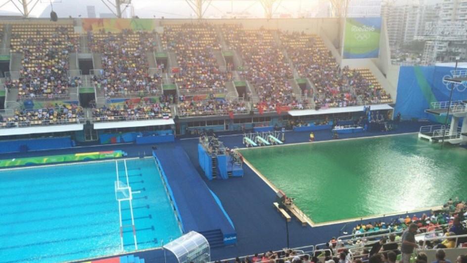 El agua de la piscina de trampolines muta a verde juegos for Piscina olimpica barcelona