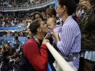 Michael Phelps celebra la medalla de oro con su hijo