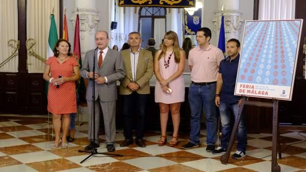 El alcalde de Málaga durante la recepción de niños bielorrrusos