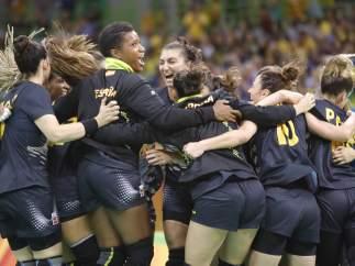 España celebra su victoria ante Brasil