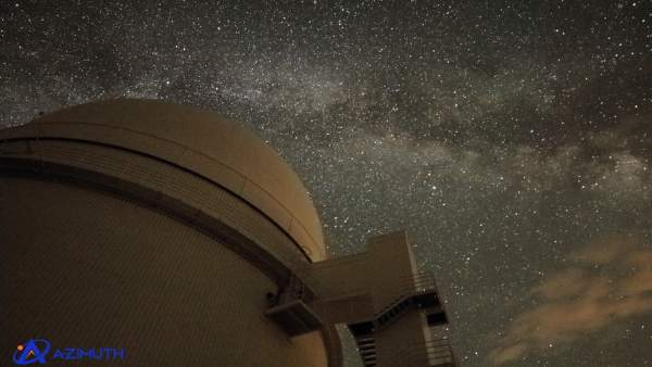Telescopio de Calar Alto con la noche estrellada de fondo
