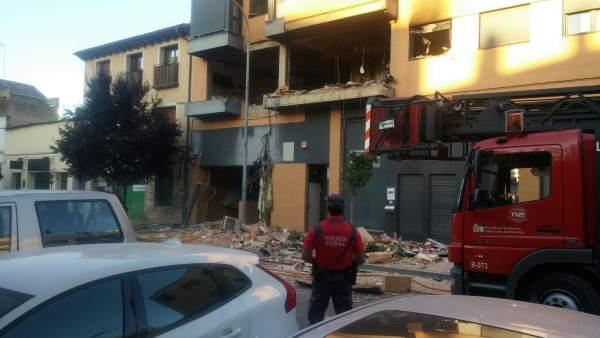 Un agente de la Policía Foral ante el edificio de Tudela