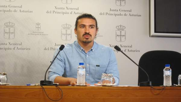 El diputado de Podemos en la Junta General Andrés Fernández Vilanova.