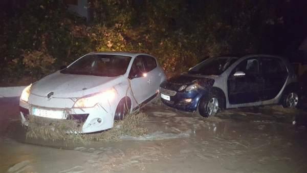Coches afectados por la crecida del río Jaén a su paso por el Puente Jontoya.