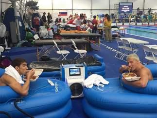 Lochte y Phelps, comiendo pasta en una piscina de hielo.