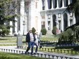 Una pareja paseando por los jardines del Museo del Prado en Madrid.