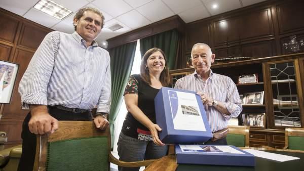 Diputación entrega a la alcaldesa de Mojácar un proyecto turístico